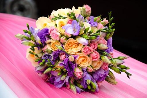 envelopper un bouquet de fleurs